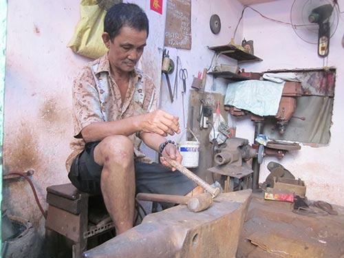 Ông Lê Văn Châu với công việc hằng ngày ở lò rèn