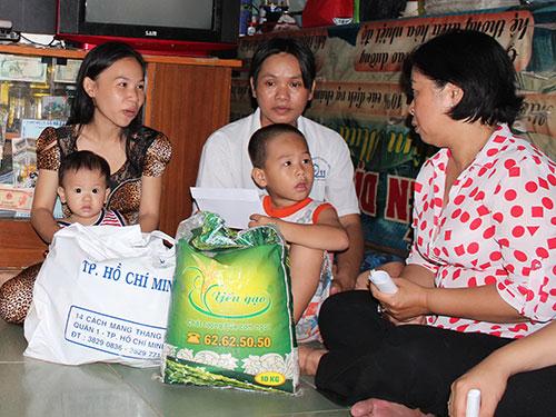 Bà Phan Thị Lan - Chủ tịch LĐLĐ quận 6, TP HCM - thăm công nhân Công ty Bách Hợp.Ảnh: Thanh nga