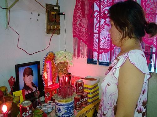 Bà Hà Kim Phượng thẫn thờ trước di ảnh đứa con gái duy nhất
