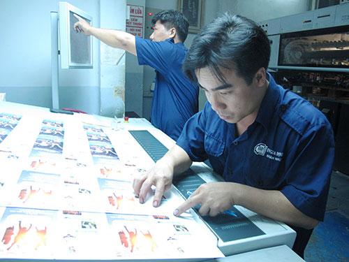 Nhân viên kỹ thuật làm việc trong xưởng in của Công ty Thiết kế In Gia Võ