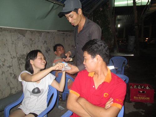 Anh Lê Tuấn Phong hát tại một quán trên đường Kha Vạn Cân, quận Thủ Đức, TP HCM