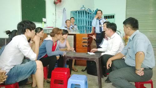 Các cơ quan chức năng huyện Hóc Môn, TP HCM hướng dẫn công nhân Công ty TNHH D&D làm thủ tục khởi kiện