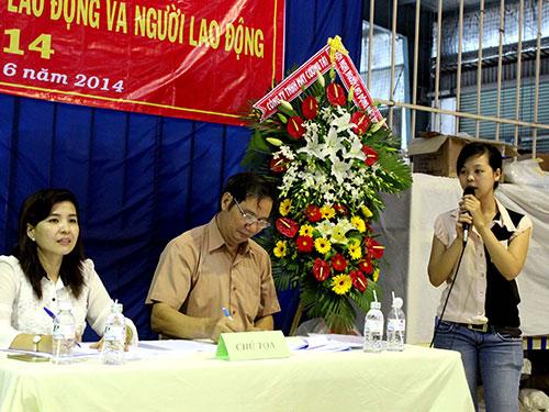 Công nhân Công ty TNHH May Cường Tài (quận Gò Vấp, TP HCM) đề đạt ý kiến trong buổi đối thoại do Công đoàn tổ chức