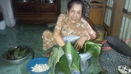 Bà Hứa Thị Đào làm cơm rượu
