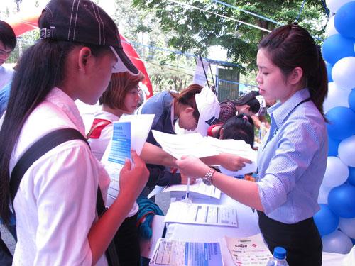 Lao động trẻ tham gia ngày hội nghề nghiệp tại Trường ĐH Nông Lâm TP HCM để tiếp cận thông tin, trau dồi kỹ năng