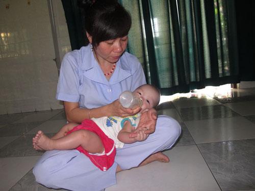 Chị Nguyễn Thị Mai cẩn thận cho trẻ bú sữa