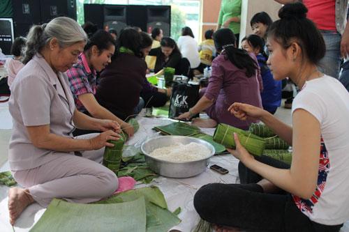 CNVC-LĐ quận Tân Bình, TP HCM gói bánh tét tặng cho công nhân ăn Tết xa quê