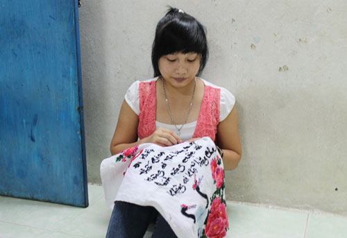 Bức tranh thêu là món quà cô công nhân Trần Thị Sang tặng cho gia đình ngày Tết Ảnh: HỒNG ĐÀO