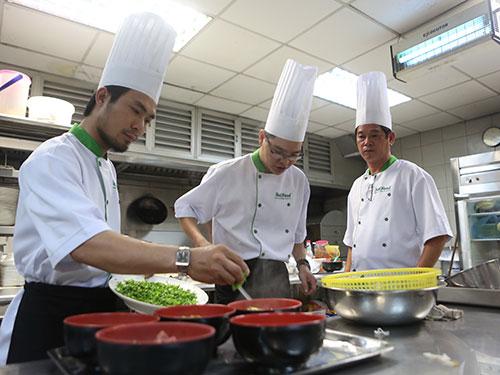 Các nhà hàng, khách sạn cần nhiều nhân lực giỏi để chế biến thức ăn
