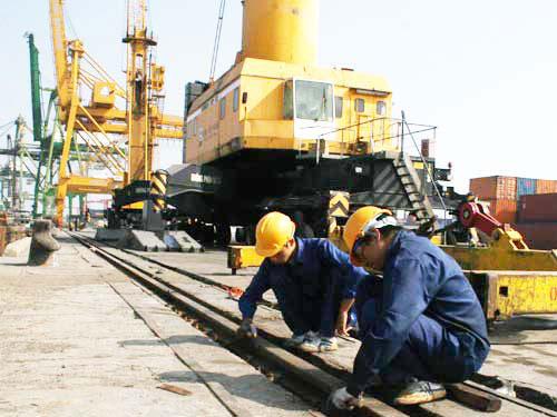 Công nhân cảng Bến Nghé, TP HCM đang duy tu đường ray xe cẩu để bảo đảm an toàn lao động Ảnh: VĨNH TÙNG