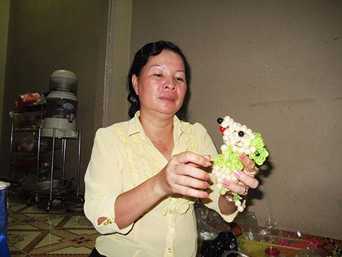 Bà Mai Thị Hồng với một sản phẩm thú kết cườm vừa được hoàn thiện