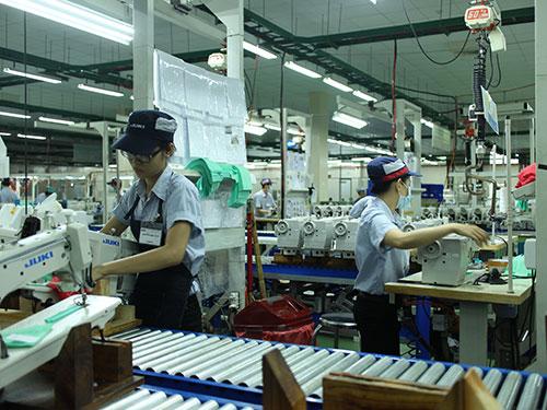 Công nhân Công ty TNHH Juki Việt Nam được phụ cấp bằng cấp từ 500.000 đồng đến 1 triệu đồng/tháng Ảnh: Hồng đào