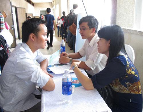 Người lao động phỏng vấn xin việc tại ngày hội nghề nghiệp ở TP HCM