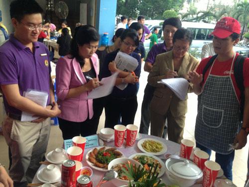 Công nhân dự hội thi nấu ăn do Công đoàn Công ty TNHH Coca-Cola Việt Nam tổ chức. Ảnh: HỒNG ĐÀO