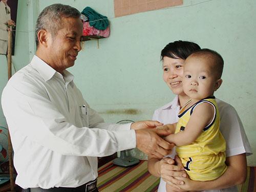 Ông Đặng Ngọc Tùng tặng quà cho cháu Nguyễn Minh Nhật