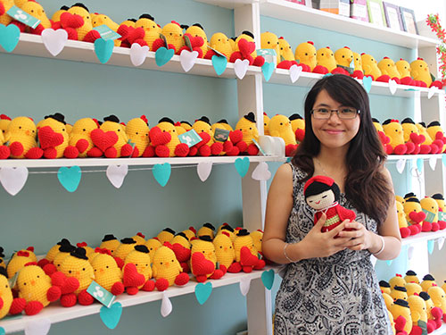 Cô chủ nhỏ Trần Vân Thủy bên các sản phẩm dễ thương của Bobi Craft