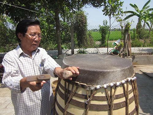 Ông Nguyễn Văn Mến đang căng mặt trống