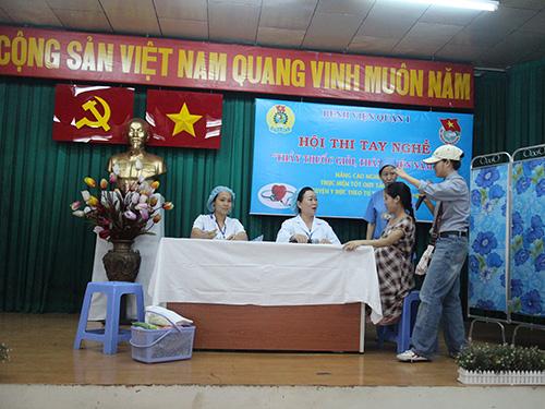 """Một tiểu phẩm trong hội thi """"Thầy thuốc giỏi, thân thiện"""" do Công đoàn Bệnh viện quận 1, TP HCM tổ chức"""