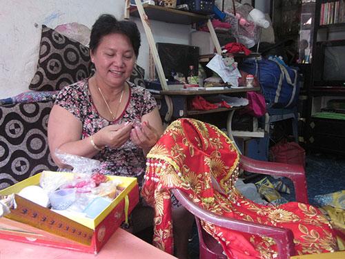 Nghệ sĩ Kim Phượng đang hoàn tất trang phục cho khách hàng