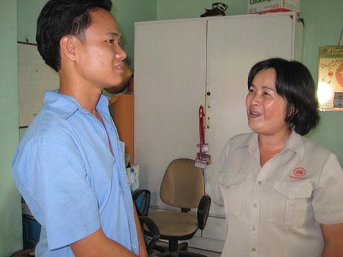 Chị Dương Thị Mỹ, Công ty CP Giấy Vĩnh Huê, thăm hỏi đồng nghiệp