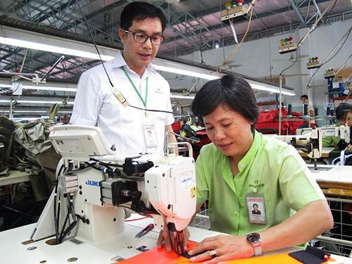 Anh Trần Sỹ Trung thăm hỏi công nhân trong xưởng sản xuất