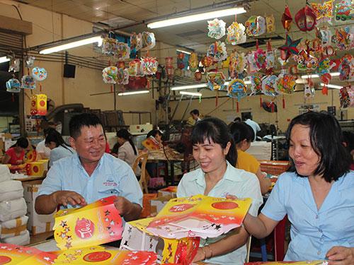 Ông Trần Hồng Thể, Chủ tịch CĐ Công ty CP Kỹ Thuật Mới, thăm hỏi đời sống và việc làm của công nhân
