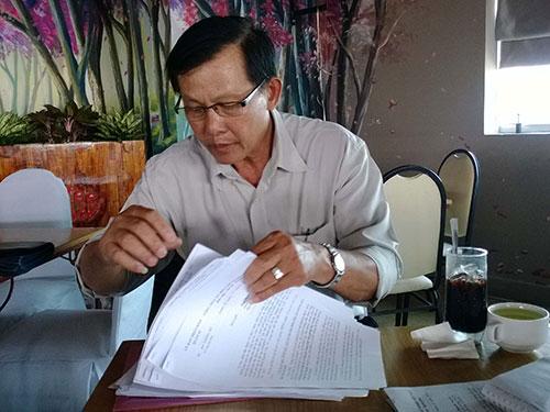 Thầy Nguyễn Văn Lẹ đang trình bày sự việc với Báo Người Lao Động