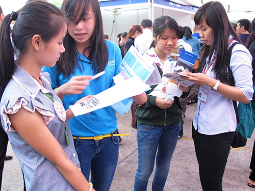 Nhiều lao động trẻ quyết tâm tìm việc làm ở TP HCM. (Ảnh chụp tại một ngày hội việc làm)