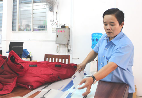 Chị Hà Thị Cẩm Thu, Công ty CP May - Da xuất khẩu 30-4, kiểm tra khuôn rập sử dụng cho các mã hàng mới