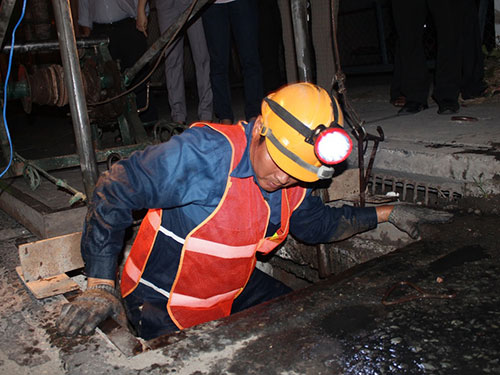 Công nhân thoát nước không ngại vất vả, nặng nhọc, chỉ mong tiền lương đủ sống