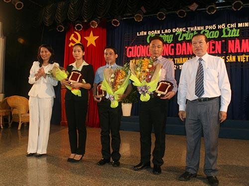 Ông Nguyễn Việt Cường, Phó Chủ tịch LĐLĐ TP HCM (bìa phải), trao biểu trưng cho các đảng viên tiêu biểu