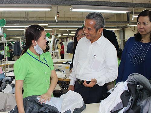 Ông Đặng Ngọc Tùng - Ủy viên Trung ương Đảng - Chủ tịch Tổng LĐLĐ Việt Nam, thăm hỏi tình hình đời sống, việc làm công nhân Công ty TNHH Oasis