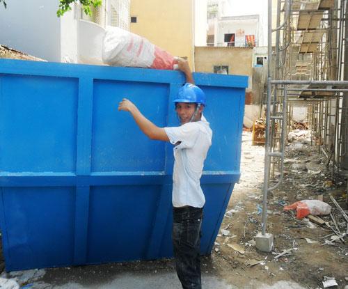 Lê Trung Tâm chăm chỉ làm việc trong công trường xây dựng
