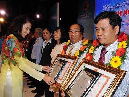 Bà Nguyễn Thị Thu, Chủ tịch LĐLĐ TP HCM, trao biểu trưng cho các doanh nghiệp tiêu biểuẢnh: HỒNG THÚY