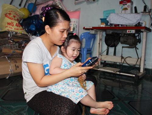 Chị Đoàn Thị Mỹ Phương, công nhân Công ty CP Quạt Việt Nam, nghe radio tại nhà trọ