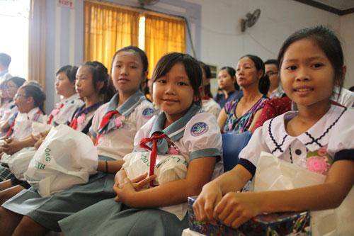 Những đứa trẻ giàu nghị lực trong lễ trao học bổng Nguyễn Đức Cảnh của LĐLĐ TP HCM sáng 30-7
