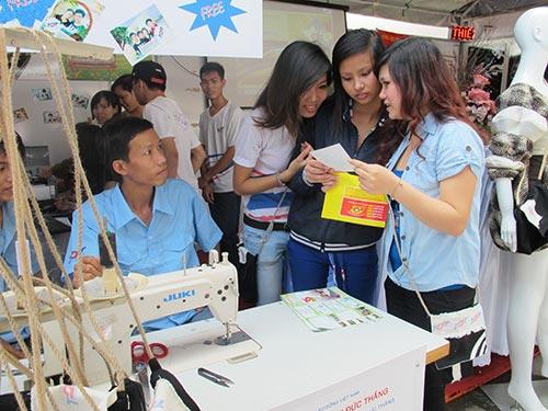 Lao động trẻ tìm việc tại Ngày hội Việc làm do Thành đoàn TP HCM tổ chức