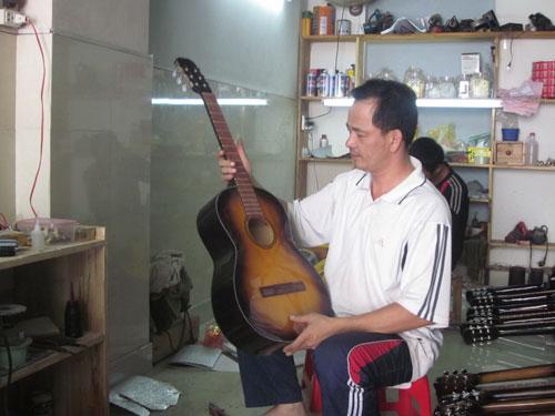 Anh Nguyên và cây đàn guitar vừa đóng hoàn chỉnh
