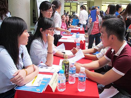 Lao động trẻ phỏng vấn tuyển dụng tại một ngày hội việc làm ở TP HCM