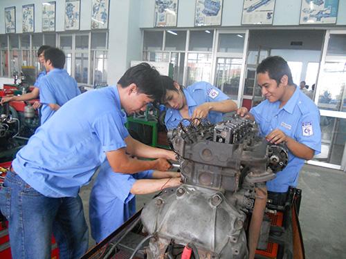 Theo ILO, đầu tư mạnh cho dạy nghề là biện pháp cải thiện năng suất lao động, phát triển việc làm bền vững. Trong ảnh: Sinh viên thực hành tại Trường CĐ Kỹ thuật Cao Thắng