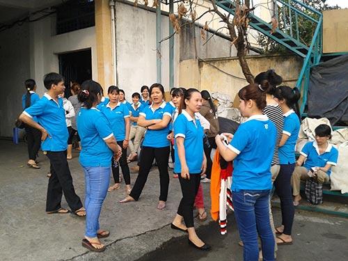 Công nhân một công ty tại quận Gò Vấp, TP HCM ngừng việc giữa tháng 1-2014 vì bị ép tăng ca quá mức, trả lương không rõ ràng Ảnh: THANH NGA