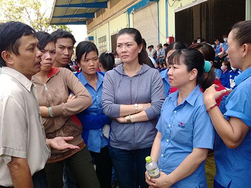 Ông Trần Văn Triều, Phó Chủ tịch LĐLĐ quận 12, TP HCM, lắng nghe kiến nghị của công nhân