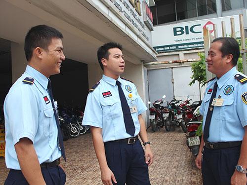 Anh Trần Châu Giang (bìa phải) trao đổi về tình hình đời sống, việc làm với đồng nghiệp