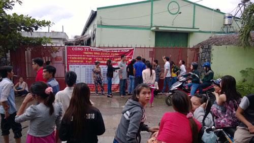 Công nhân tập trung trước cổng hôm 29-8 yêu cầu niêm phong tài sản công ty nhưng không được chấp thuận