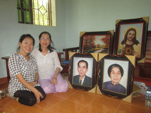 Chị Hiếu (bìa trái) với những bức tranh đá chân dung nhân vật đã được hoàn thiện