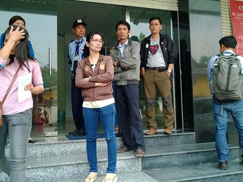 Sáu nhân viên đến Công ty DK làm việc ngày 18-2 nhưng bảo vệ không cho vào