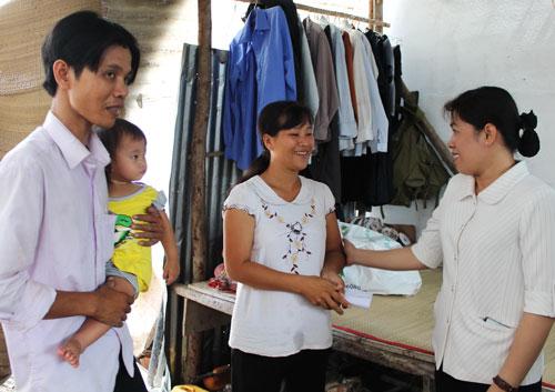 Bà Nguyễn Trần Phượng Trân (bìa phải), Phó Chủ tịch LĐLĐ TP HCM, thăm hỏi, động viên gia đình nữ công nhân Nguyễn Thị Mộng Ảo Ảnh: THANH NGA