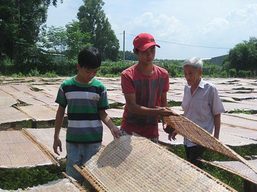 Em Lê Huỳnh Thanh Tùng (bìa trái) - ngụ xã Tân Thạnh Đông, huyện Củ Chi, TP HCM - được học bổng Nguyễn Đức Cảnh tiếp sức