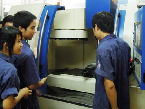 Sinh viên Khoa Cơ khí Chế tạo Trường CĐ Nghề TP HCM có điều kiện học tập trong môi trường hiện đại khi nhà trường hợp tác với doanh nghiệp