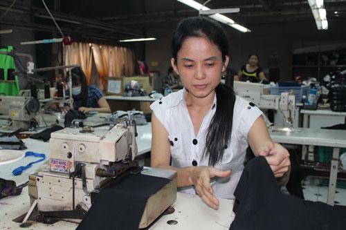 Chị Nguyễn Thị An Nhơn - Công ty May Việt Sang, quận Gò Vấp, TP HCM - rất chịu khó, chăm chỉ Ảnh: THANH NGA